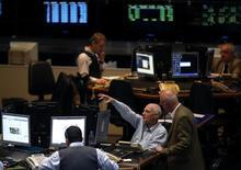 Operadores trabajando en el Mercado de Valores de Buenos Aires, oct 2 2014. Las monedas y las acciones de América Latina se hundían el viernes, en línea con una baja de los mercados internacionales, tras una decepcionante cifra de manufacturas en China.    REUTERS/Marcos Brindicci