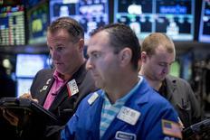 Operadores en la bolsa de Wall Street en Nueva York, ago 21 2015. Las acciones operaban con pérdidas de más de 2 por ciento el viernes en la bolsa de Nueva York, con el índice S&P 500 por debajo de los 2.000 puntos y el promedio industrial Dow Jones operaba 150 puntos de caer en territorio de corrección, ante temores de una desaceleración global conducida por China.  REUTERS/Brendan McDermid