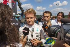 Nico Rosberg, da Mercedes, fala à imprensa após incidente com pneu, em Spa-Francorchamps, na Bélgica, nesta sexta-feira. 21/08/2015 REUTERS/Michael Kooren