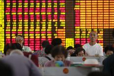 En la imagen de archivo, inversores miran las pantallas computacionales que muestran información de acciones en una correduría en Shanghái. REUTERS/Aly Song. China autorizó el domingo a los fondos de pensiones gestionados por Gobiernos locales a invertir en los mercados accionarios por vez primera, lo que genera un potencial de cientos de miles de millones de yuanes que pueden entrar a las castigadas bolsas locales.