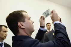 Дмитрий Медведев в лабораториии судебной экспертизы в Санкт-Петербурге 7 ноября 2008 года.Премьер-министр РФ Дмитрий Медведев сказал, что правительство поможет Центральному банку обеспечить дополнительный приток валюты на рынок, чтобы помочь падающему рублю.  REUTERS/RIA Novosti/Kremlin/Dmitry Astakhov