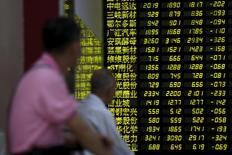 Les marchés asiatiques ont plongé lundi, entraînés par une nouvelle débâcle de la Bourse de Shanghai, qui a perdu 8,5% en clôture, son plus net recul en séance depuis 2007, au plus sur fort de la crise financière mondiale, sur fond d'inquiétudes persistantes pour la croissance chinoise. /Photo prise le 24 août 2015/REUTERS/Aly Song