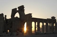 """Солнце садится за руинами Пальмиры 12 ноября 2010 года. Боевики """"Исламского государства"""" в воскресенье взорвали античный храм Баал-Шамин, одну из главных достопримечательностей сирийской Пальмиры, сообщил глава департамента античных ценностей Сирии Абдул Карим. REUTERS/Khaled al-Harir"""