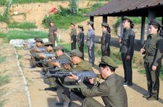 Северокорейские призывники тренируются в Пхеньяне 23 августа 2015 года. Президент Южной Кореи Пак Кын Хе в понедельник потребовала от властей КНДР извинений за недавние взрывы мин в то время, как страны продолжают длительные переговоры в попытке понизить градус напряженности, новый скачок которой поставил полуостров на грань вооруженного конфликта. REUTERS/KCNA