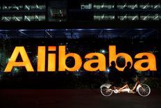 Alibaba est l'une des valeurs à suivre lundi sur les marchés américains. L'action du géant chinois du commerce en ligne, qui recule de 6,66% dans les échanges d'avant-Bourse, risque de tomber sous les 68 dollars, soit le prix fixé pour son introduction en Bourse, la plus importante de l'histoire, en septembre dernier. /Photo d'archives/REUTERS/Aly Song