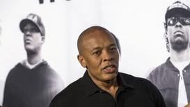 """El productor de la película """"Straight Outta Compton"""", Dr. Dre, llega al estreno en Los Ángeles, California, 10 de agosto de 2015. El drama rapero """"Straight Outta Compton"""" dominó por segunda semana consecutiva una taquilla estadounidense que mostró escaso público. REUTERS/Mario Anzuoni"""