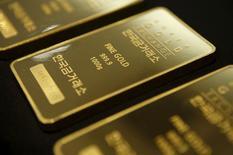 Слитки золота в Korea Gold Exchange в Сеуле 31 июля 2015 года. Золото немного подешевело в понедельник, но осталось рядом с семинедельным максимумом, так как доллар и акции упали на фоне опасений по поводу замедления китайской экономики и неопределенности со сроками повышения процентной ставки ФРС США. REUTERS/Kim Hong-Ji