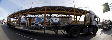 Un camión de transporte a las afueras de la planta de Volkswagen en Sao Bernardo do Campo, Brasil, jul 13 2015. La automotriz alemana Daimler anunció el lunes que eliminará 1.500 empleos adicionales en su planta de camiones en Brasil, en respuesta a un desplome de la demanda en la nación sudamericana.  REUTERS/Paulo Whitaker