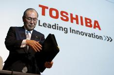 Japan's Toshiba Corp President Atsutoshi Nishida leaves after a news conference on its restructuring plans in Tokyo in this January 29, 2009 file photo. Picture taken January 29, 2009.  REUTERS/Yuriko Nakao/Files