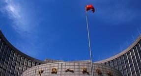 La Banque populaire de Chine (BPC) a annoncé mardi une baisse de ses principaux taux d'intérêt et une réduction des taux de réserves obligatoires des banques pour la deuxième fois en deux mois, des mesures de soutien au crédit et à l'activité économique après deux jours de chute des marchés boursiers. /Photo d'archives/REUTERS/Petar Kujundzic