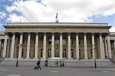 La Bourse de Paris accélère sa progression mardi en fin de matinée après la baisse des principaux taux d'intérêt de la banque centrale chinoise et la réduction des taux de réserves obligatoires des banques du pays. Vers 12h45, le CAC 40 bondit de 4,61%, effaçant l'essentiel des 5,35% perdus lundi.  /Photo d'archives/REUTERS/Charles Platiau