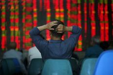 Investidor olhando cotações em monitores, na China.  12/05/2015   REUTERS/Aly Song