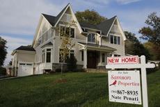 Un cartel anuncia la venta de una casa nueva, fotografiado en Viena, Virginia, 20 de octubre de 2014. Las ventas de casas nuevas unifamiliares en Estados Unidos subieron un poco menos a lo previsto en julio, pero la tendencia sugirió una fortaleza del mercado de la vivienda que debería apuntalar al crecimiento económico durante el resto del año. REUTERS/Larry Downing