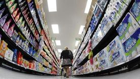 Foto de archivo de un comprador caminando por un supermercado Walmart, en Chicago, 21 de septiembre de 2011. La confianza del consumidor estadounidense repuntó en agosto, de acuerdo a un reporte del sector privado divulgado el martes. REUTERS/Jim Young/Files
