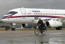 Самолет Sukhoi Superjet 100 на авиасалоне МАКС в Жуковском. 14 августа 2009 года. Государственная транспортная лизинговая компания (ГТЛК) заключила твердый контракт на покупку 32 самолетов Sukhoi Superjet 100 у госкорпорации ОАК, для оплаты которых получает в капитал 30 миллиардов рублей из бюджета.REUTERS/Sergei Karpukhin