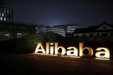 El logo del grupo Alibaba, visto en la sede de la compañía en Hangzhou, provincia de Zhejiang, 11 de noviembre de 2014. El Gobierno chileno firmó el martes un convenio de cooperación con el grupo minorista Alibaba, la firma de compras online más grande y popular en China, en un intento por introducir los productos de empresas del país sudamericano en el mercado asiático. REUTERS/Aly Song