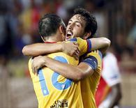 Daniel Parejo (à direita), do Valencia, abraça colega Javie Fuego após derrotar o Monaco no resultado agregado nesta terça-feira. 25/08/2015 REUTERS/Eric Gaillard