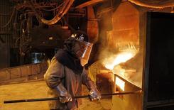 Un trabajador monitorea un proceso dentro de la planta de refinería de cobre de Codelco, Ventanas, en Ventanas, al noroeste de Santiago, 7 de enero de 2015. El precio del cobre caía un 2,5 por ciento el miércoles, borrando las ganancias de la sesión anterior, en medio de preocupaciones de que los recortes a las tasas de interés en Pekín puedan no ser suficientes para evitar la desaceleración en la economía global liderada por China. REUTERS/Rodrigo Garrido