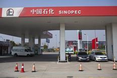 АЗС Sinopec в Шанхае. 18 марта 2013 года. Две из крупнейших нефтяных компаний Китая в среду сообщили о падении прибылей в первом полугодии за счет снижения мировых цен на нефть. REUTERS/Aly Song