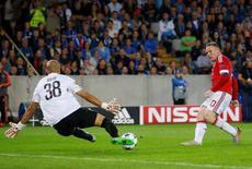 Wayne Rooney (à direita), do Manchester United, marca seu terceiro gol contra o Bruges, nesta quarta-feira em Bruges, na Bélgica. 26/08/2015 REUTERS/Action Images/Carl Recine/Livepic