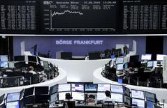 Les Bourses européennes évoluent dans le vert jeudi à la mi-journée portées par le redressement des marchés asiatiques au lendemain d'un net rebond de Wall Street, alimenté par les propos d'un responsable de la Réserve fédérale américaine suggérant qu'un relèvement des taux d'intérêt aux Etats-Unis dès le mois de septembre était désormais peu probable. Vers 13h20, le CAC 40 gagne 2,55% et à Francfort, le DAX s'adjuge 2,67%. /Photo prise le 27 août 2015/REUTERS/Staff/remote