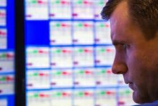 Un operador mira una pantalla que muestra los precios de las acciones, en la Bolsa de Nueva York, 26 de agosto de 2015. Las acciones estadounidenses subían con fuerza el jueves, un día después de su mayor avance diario en cuatro años, tras datos que mostraron que la mayor economía del mundo creció en el segundo trimestre más de lo calculado inicialmente. REUTERS/Lucas Jackson