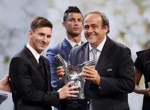 O jogador argentino Lionel Messi (à esquerda), do Barcelona, recebe do presidente da Uefa, Michel Platini, o prêmio de melhor jogador do ano na Europa durante cerimônia em Monte Carlo, Mônaco, nesta quinta-feira. REUTERS/Eric Gaillard