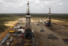 Буровые установки на нефтяном месторождении госкомпании PDVSA в Венесуэле. 16 апреля 2015 года. Цены на нефть, показавшие в четверг максимальный рост почти за шесть лет, продолжают набирать позиции благодаря подъему на фондовых рынках. REUTERS/Carlos Garcia Rawlins