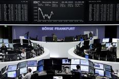 Operadores trabajando en la Bolsa de Fráncfort, Alemania, 28 de agosto de 2015. Las acciones europeas caían el viernes después de recuperar todas sus pérdidas tras un desplome de un ocho por ciento previamente en la semana, y los mercados se enfriaban pese a esperanzas de más ayuda de los bancos centrales. REUTERS/Staff/remote