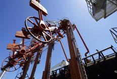 Le groupe pétrolier Maurel & Prom a annoncé jeudi un projet d'absorption de la société MPI, son ancienne filiale nigériane scindée en 2011, pour faire face à la chute des cours du brut et renforcer sa position dans le mouvement de consolidation engagé dans le secteur. /Photo d'archives/REUTERS/Jorge Silva