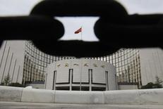 Здание Народного банка Китая в Пекине. 30 августа 2010 года. Кризис на мировых рынках акций могли спровоцировать опасения о возможном повышении ключевой ставки ФРС США, а не девальвация юаня, сказал Рейтер представитель китайского Центробанка. REUTERS/Jason Lee