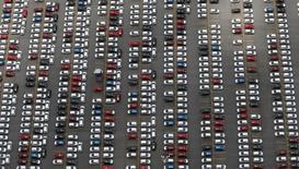 Pátio de montadora em São Bernardo do Campo (SP) repleto de veículos, reflexo da queda nas vendas de veículos no país. 12/02/2015. REUTERS/Paulo Whitaker