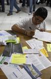 Una persona buscando empleo se registra para solicitar vacantes en una feria de trabajo en Monterrey, México, 24 de febrero de 2009. La tasa de desempleo desestacionalizada de México bajó a un 4.31 por ciento en julio frente al mes anterior, dijo el viernes el instituto nacional de estadísticas, INEGI. REUTERS/Tomas Bravo (MEXICO) - RTXC1MT