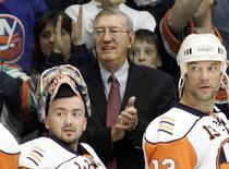 New York Islanders head coach Al Arbour (C) claps as goalie Wade Dubielewicz (L) and Bill Guerin look on after their NHL game victory against the Pittsburgh Penguins at Nassau Coliseum in Uniondale, New York, in this file photo taken November 3, 2007.  REUTERS/Shannon Stapleton/Files