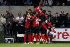 Jogadores do Guingamp comemoram gol marcado contra o Olympique Marseille pelo Campeonato Francês. 28/08/2015 REUTERS/Philippe Laurenson