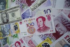"""En la imagen de archivo, un aviso promociona servicios cambiarios para el dólar estadounidense, el yuan y el euro, en una casa de cambio en Hong Kong, China, 13 de agosto de 2015. China defendió el sábado la reciente reforma de su régimen cambiario que llevó a una fuerte devaluación del yuan, calificándola como un """"ajuste normal"""".  REUTERS/Tyrone Siu"""