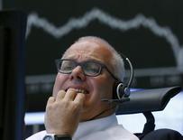 Un operador reacciona en su silla frente a un gráfico del DAX en la Bolsa de Fráncfort, el 24 de agosto de 2015. Los mercados europeos caían el lunes, y los índices DAX de Alemania y CAC de Francia se encaminan a registrar su peor mes en cuatro años, golpeados por la caída de la bolsa china y la amenaza de un aumento de las tasas de interés en Estados Unidos en septiembre. REUTERS/Ralph Orlowski