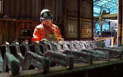 Un trabajador monitorea un proceso dentro de la planta de refinería de cobre de Codelco, Ventanas, en Ventanas, al noroeste de Santiago, 7 de enero de 2015. La producción de manufacturas en Chile subió un 0,7 por ciento interanual en julio, una variación menor a la esperada por el mercado, ante el débil crecimiento de la actividad económica y pese a una baja base de comparación. REUTERS/Rodrigo Garrido