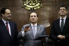 Renan Calheiros (C) fala ao lado de Nelson Barbosa (E) e Joaquim Levy (D).  31/8/2015.   REUTERS/Ueslei Marcelino