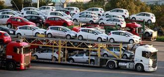 Vehiculos nuevos siendo trabsportados en Sao Bernardo do Campo, Brasil, abr 29 2014. General Motors suspenderá su producción de vehículos en Argentina durante cuatro días en septiembre, en respuesta a la menor demanda de automóviles desde Brasil, su principal mercado, dijo el lunes una fuente de la empresa.  REUTERS/Paulo Whitaker