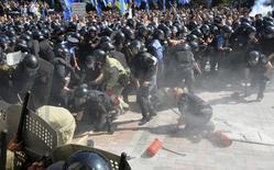 Служащие правоохранительных органов вскоре после взрыва у здания украинского парламента. Киев, 31 августа 2015 года. Трое бойцов Национальной гвардии Украины умерли от ран, полученных в понедельник в ходе беспорядков в центре Киева, на фоне перемирия с сепаратистами на востоке, где за последние сутки не было убитых и раненых. REUTERS/Stringer