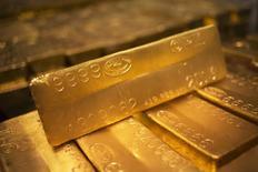 24-каратные слитки золота на монетном дворе в Вест-Пойнте. 5 июня 2013 года. Цены на золото растут на фоне снижения фондовых рынков и курса доллара, связанных со слабой производственной статистикой Китая и ожиданием повышения процентных ставок ФРС. REUTERS/Shannon Stapleton
