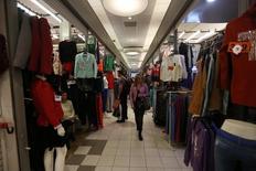Una mujer camina por un mercado de ropa en el centro de Montevideo, 20 de agosto de 2014. El Gobierno de Uruguay prevé que los precios minoristas se incrementen un 8,4 por ciento este año, por encima del techo del rango meta oficial, y que la economía registre un expansión de un 2,5 por ciento en un escenario de desaceleración global que recién mostraría mejoras para el país en 2017. REUTERS/Andres Stapff