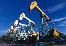 Станки-качалки PetroChina Daqing Oilfield Company Limited на месторождении в Дацине. 29 июня 2005 года. Китай готовится в октябре начать торги собственным нефтяным эталоном, аналогичным европейскому Brent и американскому WTI, стремясь к большей открытости своего нефтяного рынка, сообщили три источника. REUTERS/China Newsphoto