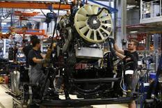 Hombres trabajan en la línea de ensamblaje de la planta de camiones de MAN, en Múnich, Alemania, 30 de julio de 2015. Los precios a la producción industrial en la zona euro bajaron en julio tal como se esperaba tanto en una base mensual como anual, según un dato divulgado el miércoles, ya que el aumento de los costos de los bienes de consumo se vio compensado por la disminución de los precios de la energía. REUTERS/Michaela Rehle