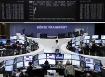 Operadores en sus puestos de trabajo en la bolsa alemana en Fráncfort, sep 2, 2015. Las acciones europeas cerraron en alza el miércoles tras un comienzo volátil de la semana, respaldadas por medidas de corredurías en China para vigorizar los golpeados mercados del país y por expectativas de estímulos por parte de los principales bancos centrales.      REUTERS/Remote/Staff