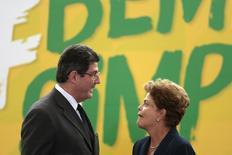 Ministro da Fazenda, Joaquim Levy, fala com a presidente Dilma Rousseff no Palácio do Planalto. 26/2/2015 REUTERS/Ueslei Marcelino
