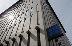 Штаб-квартира ОПЕК в Вене 21 августа 2015 года. Добыча ОПЕК в августе снизилась с рекордного за последние годы уровня из-за проблем на нефтепроводе на севере Ирака, показал опрос Рейтер. REUTERS/Heinz-Peter Bader