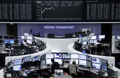 Operadores trabajando en la Bolsa de Fráncfort, Alemania, 3 de septiembre de 2015. Las bolsas europeas avanzaban en las primeras operaciones del jueves, tras los fuertes avances de Wall Street, antes de una reunión del Banco Central Europeo que los inversores esperan que dé un impulso a los mercados tras las recientes turbulencias. REUTERS/Staff/remote
