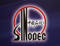 Логотип Sinopec на пресс-конференции в Гонконге. 30 марта 2009 года. Китайский Sinopec войдет в капитал Сибура в качестве стратегического инвестора, получив менее контрольного пакета российской нефтехимической компании, говорится в ее сообщении. REUTERS/Bobby Yip